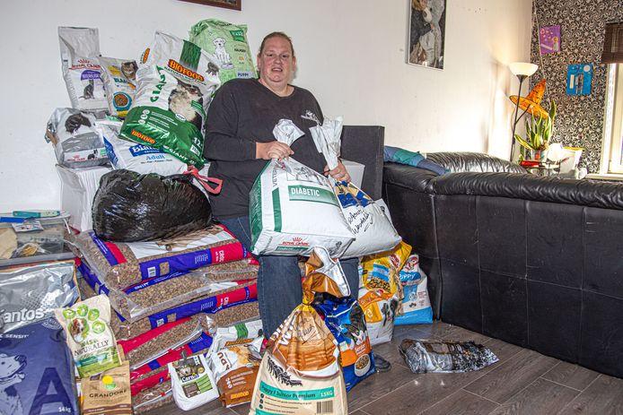 Mirjam van Oosten gebruikt haar huiskamer als opslaglocatie voor dierenvoer voor de Dierenvoedselbank.