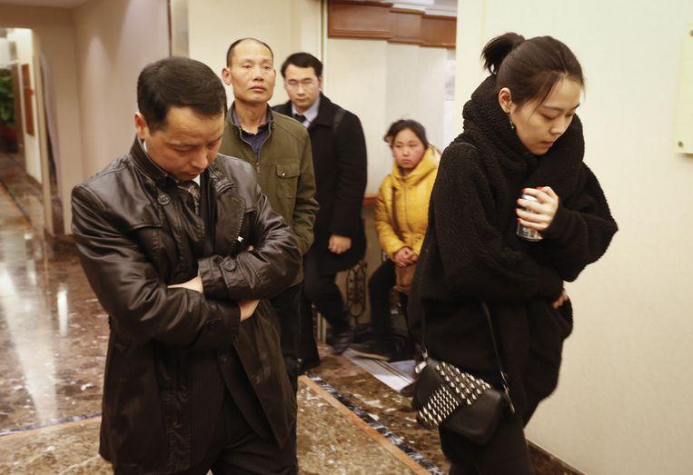 Familieleden van inzittenden melden zich in een hotel in Peking. Beeld ap