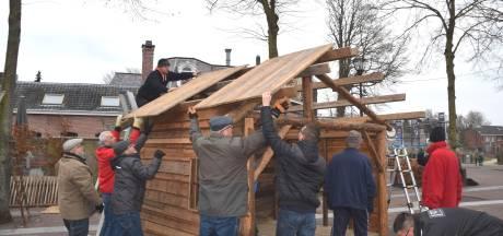 Loon naar werken: Goirle heeft haar kerststal en de bouwers krijgen chocomel en koeken