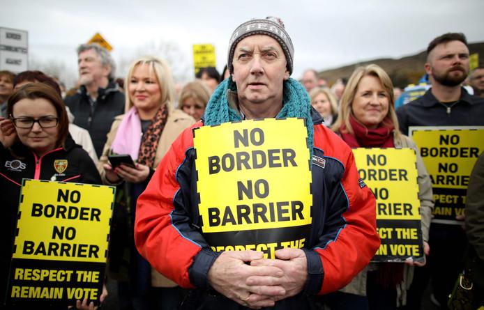 Tegenstanders van de brexit protesteren tegen een harde grens tussen Ierland en Noord-Ierland.