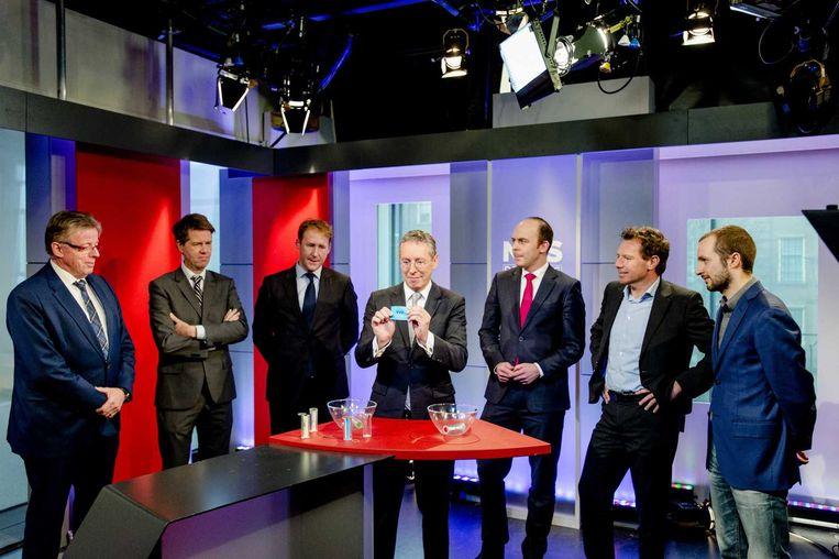 Vertegenwoordigers van de grote politieke partijen tijdens een loting in de NOS-studio in Den Haag. Inzet is de indeling van het verkiezingsdebat bij de NOS op 17 maart. Beeld anp