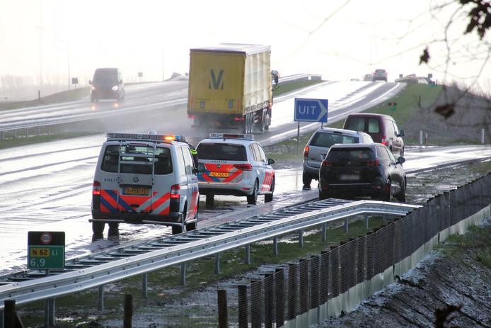 Op de Traktaatweg raakten vanochtend drie auto's van de weg door gladheid.