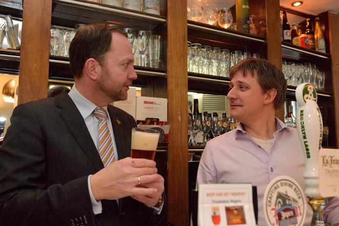 Toenmalig burgerraadslid Jeroen Carol-Visser (SP) opent zijn eigen biercafé, de Goudse Eend. Burgemeester Milo Schoenmaker tapt een eerste biertje.
