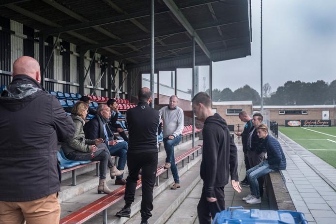 Voorzitter Pjotr van der Horst spreekt bij voetbalclub Achilles'29 in Groesbeek, waar donderdag het hek op slot ging.