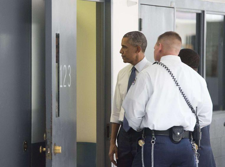 President Obama bracht in juli een bezoek aan de federale El Reno-gevangenis. Beeld ANP