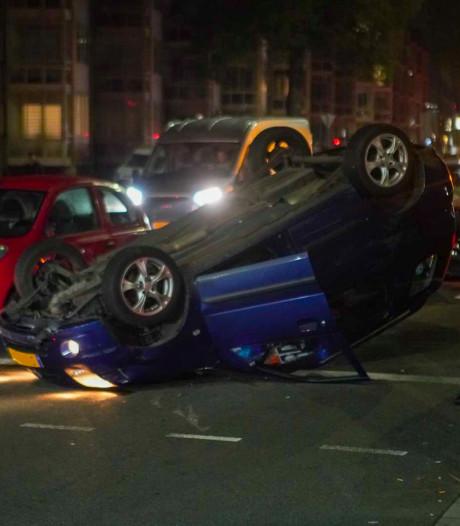 Persoon gewond naar het ziekenhuis en auto op zijn kop na ongeval in Eindhoven