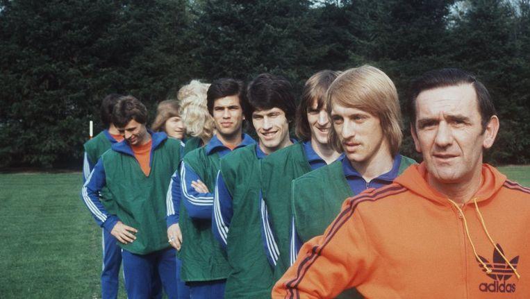 George Knobel (r) in 1976 als bondscoach van het Nederlands elftal. Beeld ANP