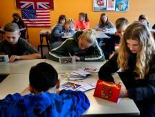 Leerlingen schrijven kerstkaarten voor 'buren' in de Lingewijk