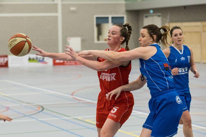 Pien Nijhuis (links) duelleert met Sarah Curran van Den Helder