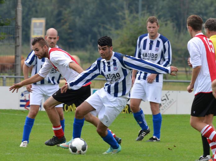 Marcel van der Heijden (links) bracht zijn doelpuntentotaal van dit seizoen dankzij een hattrick tegen DSC op 7.