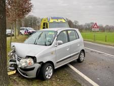 Auto rijdt tegen boom in Agelo: één persoon gewond