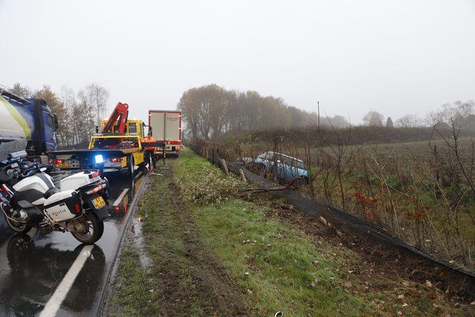 Na een botsing met een vrachtwagen reed de Mini door de berm de sloot in langs de N264 in Haps.