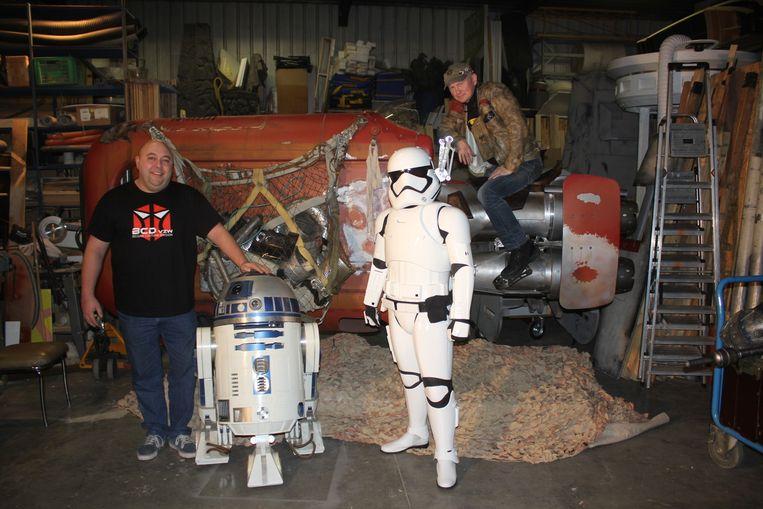 Boven: John De Jonge, Kevin (als stormtrooper) en Stefan Cembolista bij R2-D2 en Rey's Speeder. Rechts: Enkele van de figuren uit Star Wars die door de club nagemaakt werden.