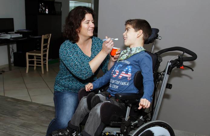 Moeder Anja van Cadsand wil geld bijeenbrengen om voor haar zoon Bjorn een Innowalk aan te schaffen.