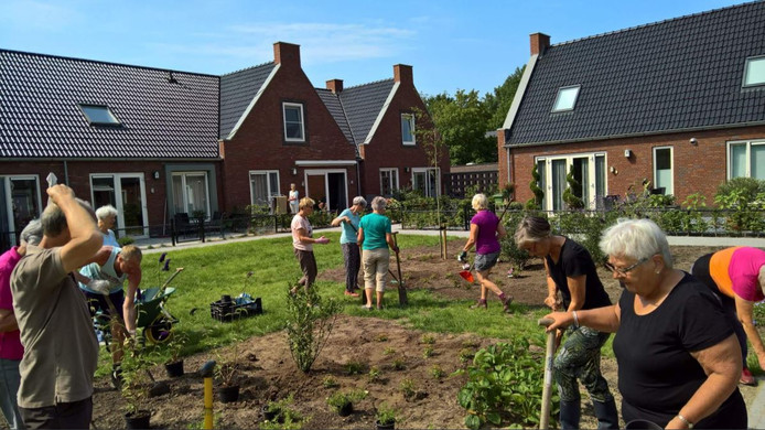 Aan het werk in de tuin van het knarrenhof in Zwolle.