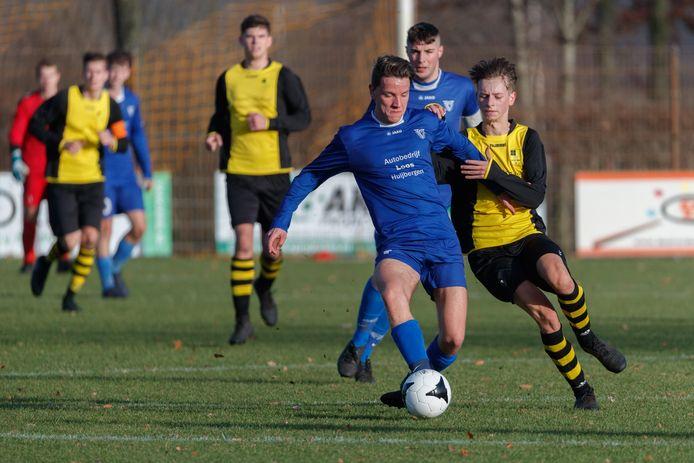 NSV (geel-zwart) blijft de druk opvoeren bij koploper Wernhout. Datzelfde Wernhout won kinderlijk eenvoudig in Huijbergen van Vivoo (blauwe shirts). (archieffoto)