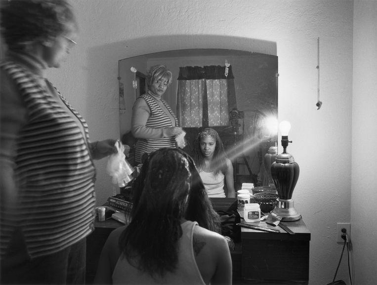 LaToya Ruby Frazier, Mom Relaxing my Hair, 2005. Beeld LatoYa Ruby Frazier