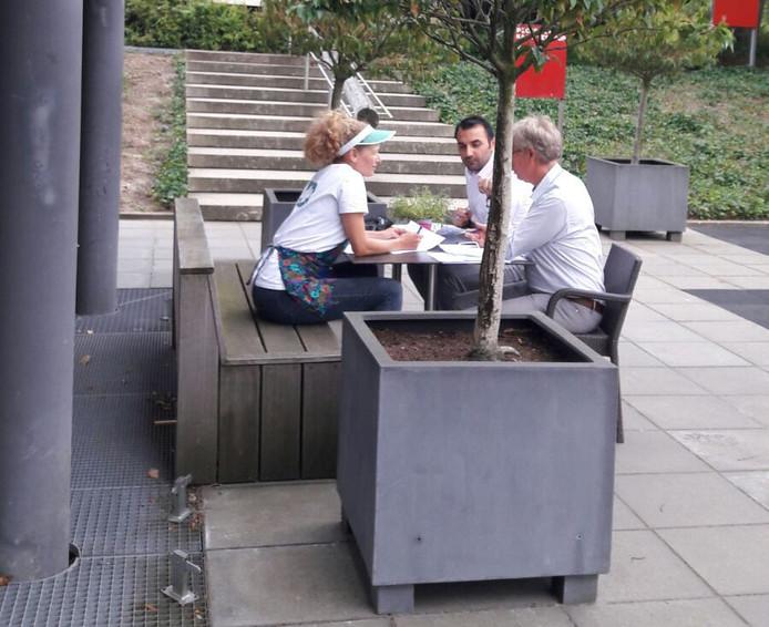 De jury bestaande uit wethouder Torunoglu, Inge van de Vorst (Liefdesdokter) en Jacques Splint (hoofd Openbare Ruimte, gemeente Eindhoven) in conclaaf.