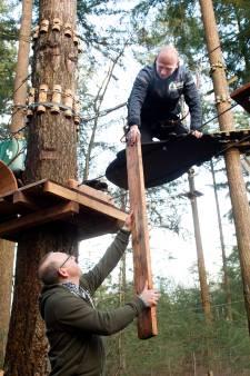Ciaran en Julian gaan de bomen in om het Klimbos in Apeldoorn van nieuwe uitdagingen te voorzien