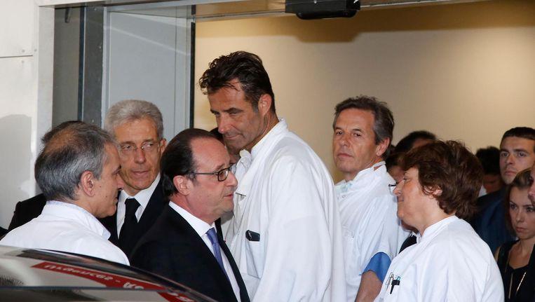 Hollande bezoekt een ziekenhuis waar veel slachtoffers van de aanslag in Nice liggen. Beeld ap