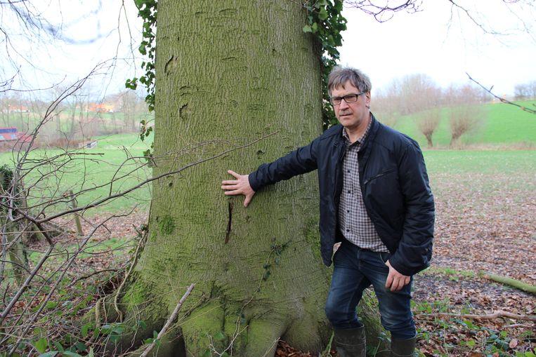 Eric Desmaele ontdekte dat de bomen in zijn natuurgebiedje zijn beschadigd.