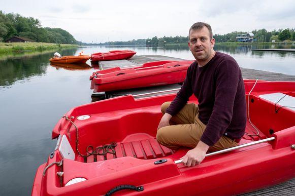 Op watersportdomein Hazewinkel in Heindonk werden acht motoren van boten gestolen. Kurt Lobbestael staat bij de boten aan de roeivijver.