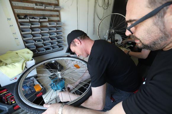De fietsenmakers aan het werk.
