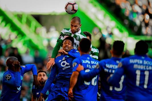 Bas Dost toren boven de Porto-defensie uit,