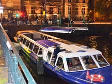 Dakluiken rondvaartboot in water na aanvaring Museumbrug