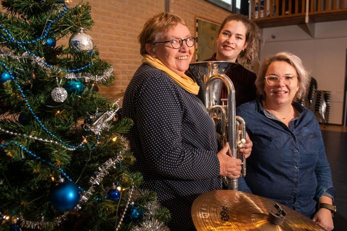 Voor het eerst in Ommen is zaterdag 22 december het Kerst-event Follow the Star(s) te zien. De organisatoren van muziekvereniging Crescendo Mieke Veurink (links) en Marieke van Elburg (rechts) en Elsemieke Elst van dansschool Elle Dansé hopen op veel belangstelling. COPYRIGHT ALEX MULDER