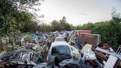 Het zal je buurman maar zijn: man (70) maakt enorme afvalhoop met 76 autowrakken rond woning