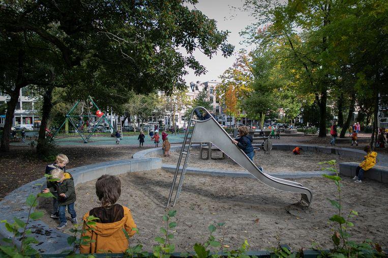 Kinderspeelplaats met water en zand op het Frederiksplein. Dit soort speelplaatsen zet kinderen meer aan tot bewegen dan traditionele speelplaatsen. Beeld Dingena Mol
