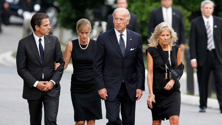 Joe Biden en zijn vrouw Jill met hun zoon Hunter en hun schoondochter Kathleen, op de begrafenis van Edward Kennedy in 2009.