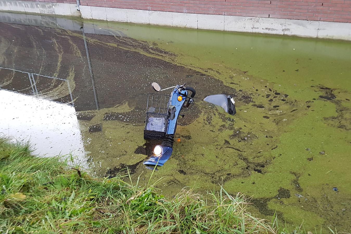 Een scootmobiel raakte te water aan de Burgemeester Martenssingel in Gouda.