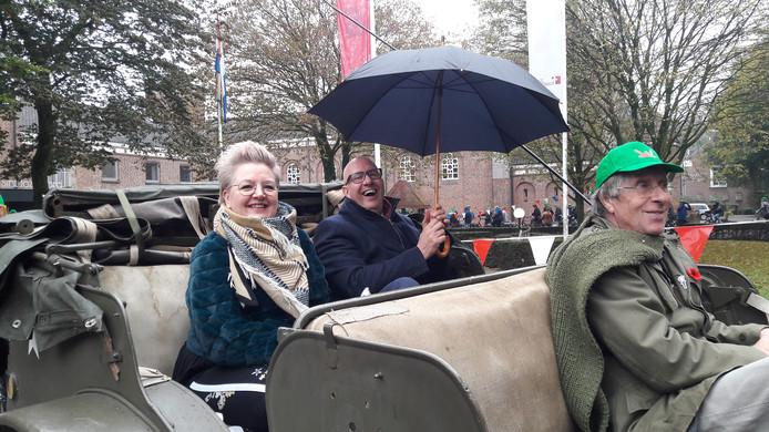 Burgemeester Jack Mikkers van Den Bosch en zijn vrouw in een historische jeep in Nuland, tijdens de bevrijdingstocht van Vinkel naar de Parade in Den Bosch.