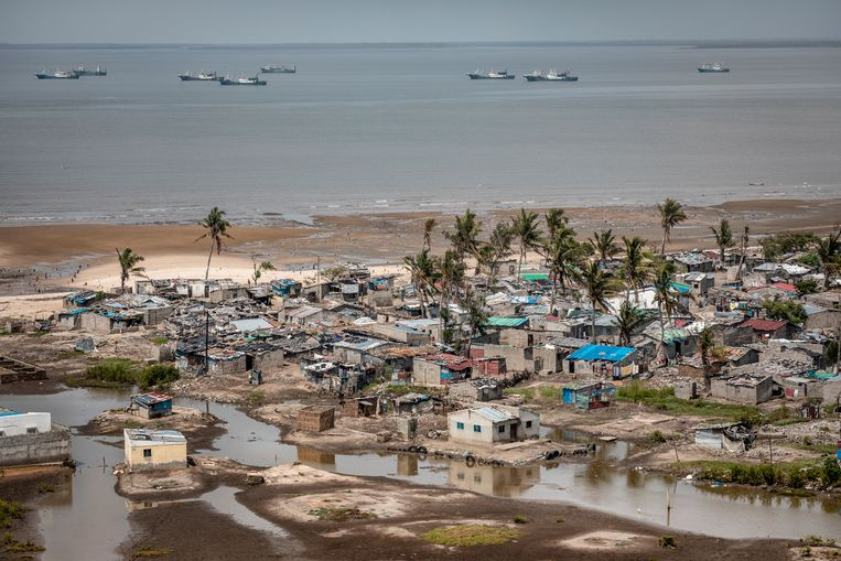 De sloppenwijk op Praia Nova (Nieuw Strand) die tussen de stad en de zee ligt, is extreem kwetsbaar voor overstromingen. De vissersgemeenschap die hier woont, ondervond de meeste schade van orkaan Idai in maart van dit jaar.    Beeld Sven Torfinn
