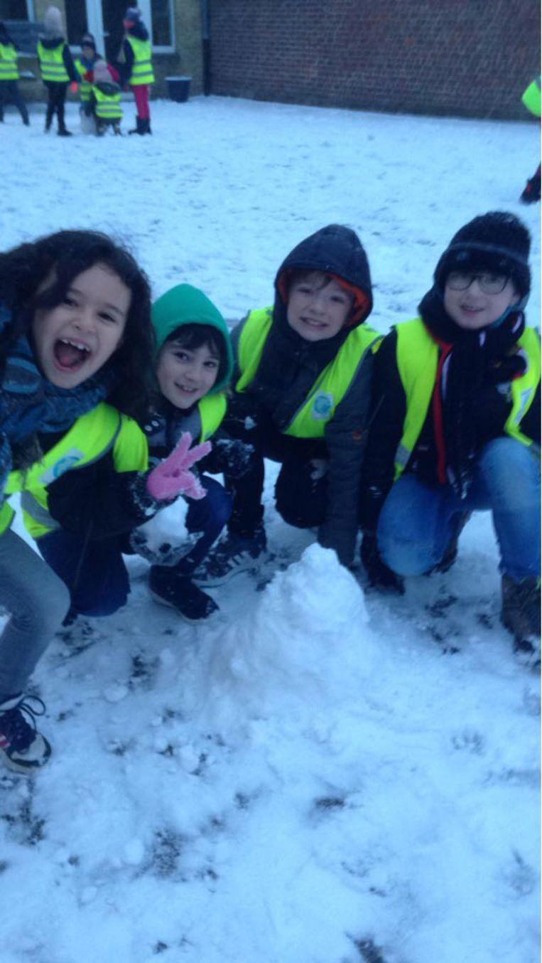 Kinderen De Tuimelaar waren erg enthousiast met de verse sneeuw