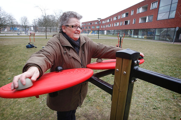 Mevrouw F. Bekx in actie in de beweegtuin voor ouderen. Foto Irene Wouters