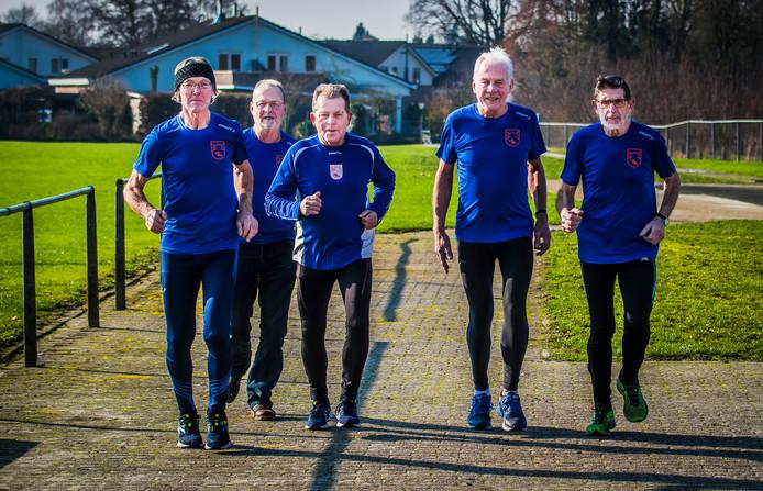70-plus en zo fit als een hoentje. Voor Theo Kosters, Roel van Eijk, Hennie Ligtenberg, Johan Leeftink (allen 70) en John Velterop (76) (vanaf links) is hardlopen hun lust en hun leven.