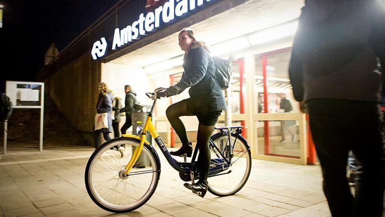 Bij een huurlocatie van de OV-fiets bij het Amstel Station in Amsterdam Beeld Julius Schrank