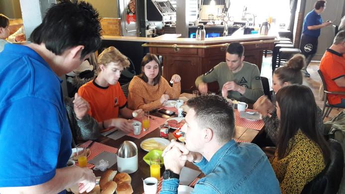 Het gezamenlijke koningsontbijt in Ossendrecht