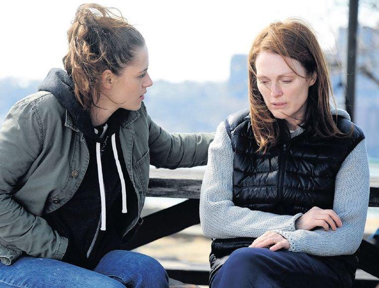 Alice Howland, gespeeld door Julianne Moore (rechts), krijgt in 'Still Alice' te horen dat ze alzheimer heeft. Beeld