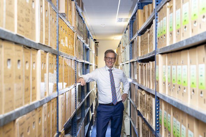 Notaris Egbert Willems in het archief met 40.000 aktes die hij tekende