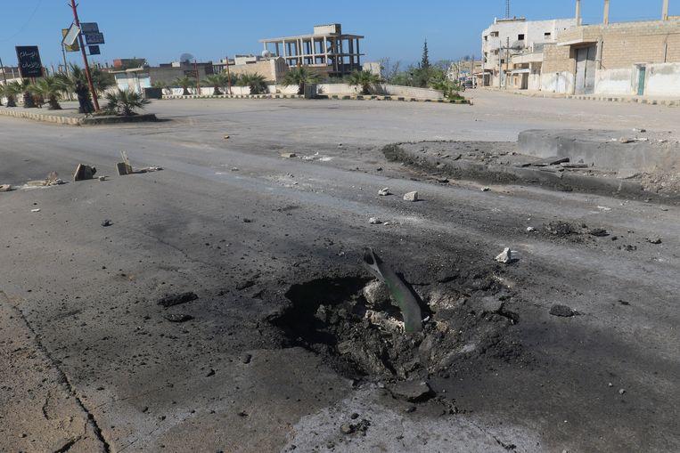 Een krater in de buurt van Khan Sheikhoun. De onderzoekers denken dat de krater is veroorzaakt door de bom met saringas.  Beeld REUTERS