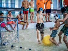 Steekpassjes op een laagje water: teams strijden in Alphens zwembad om plek op het NK watervoetbal