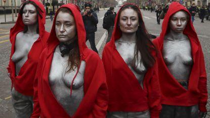 Vrouwen verkleed als 'Marianne' en met ontblote borsten staan oog in oog met ordediensten in Parijs