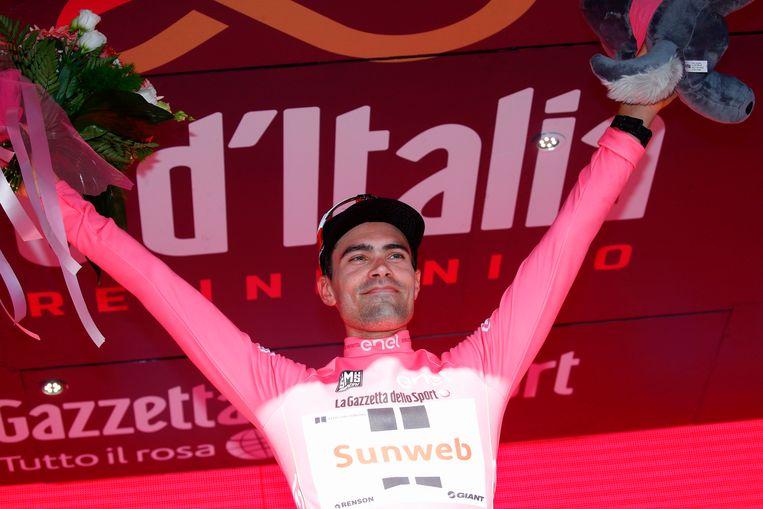 Tom Dumoulin viert het behalen van zijn roze trui. Beeld AFP