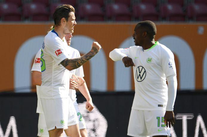 Daniel Ginczek en Jerome Roussillon van Wolfsburg geven elkaar een elleboog.