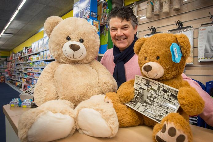 Al 80 jaar bestaat speelgoedzaak Visser op de Ginnekenweg. Eigenaar John Visser met in de poten van de beer een foto van zijn vader (de vorige eigenaar) in de winkel.