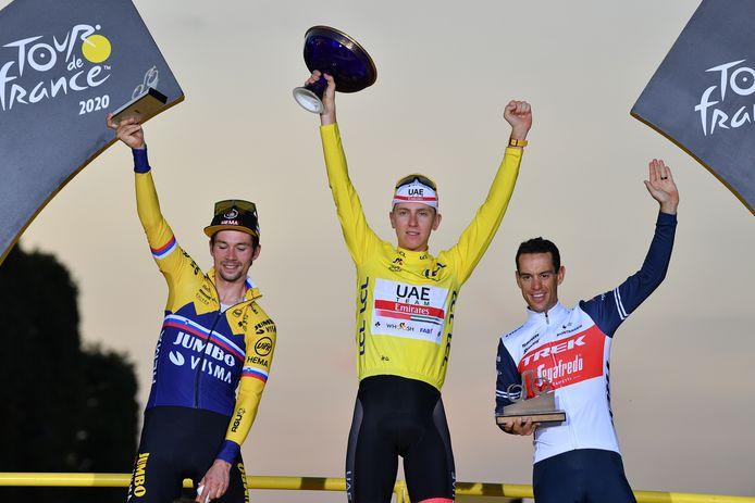 Eindwinnaar Pogacar, met naast zich nummer twee Roglic (l) en nummer drie Porte (r).